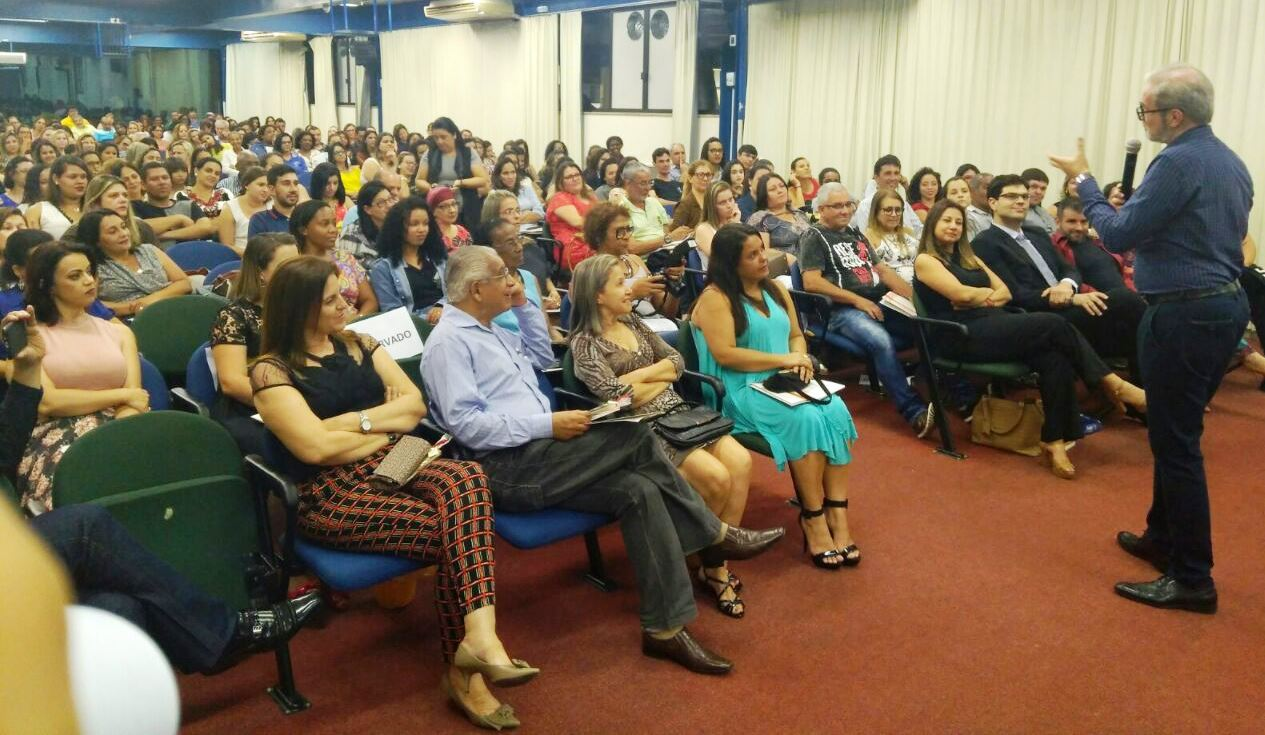 Dia do Mestre: Sinpro-NNF realizou seminário com Gabriel Perissé