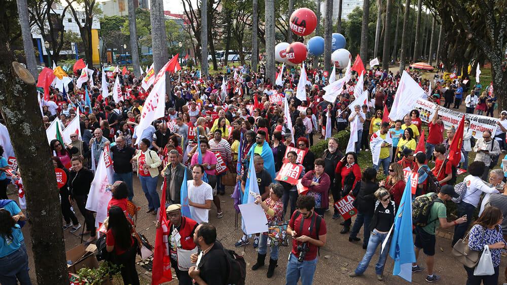 Educadores realizam passeata em BH na abertura da Conferência Nacional Popular de Educação (Conape)